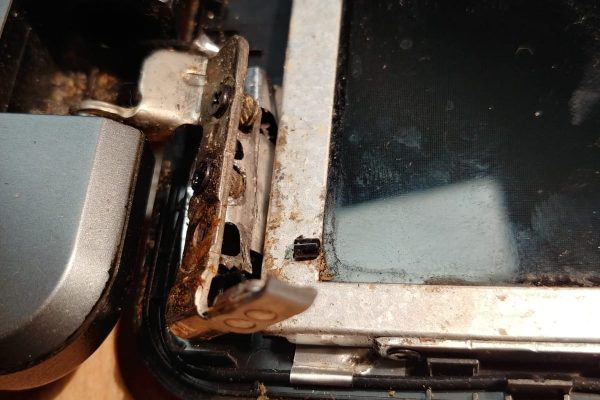 Toshiba scharnier afgebroken
